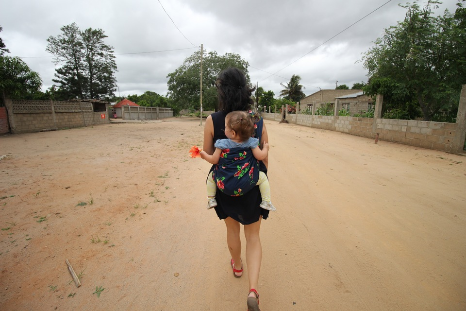 How to carry a baby. Mozambique style